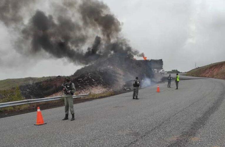 Calcinado conductor de cisterna que volcó en la vía a Santa Elena