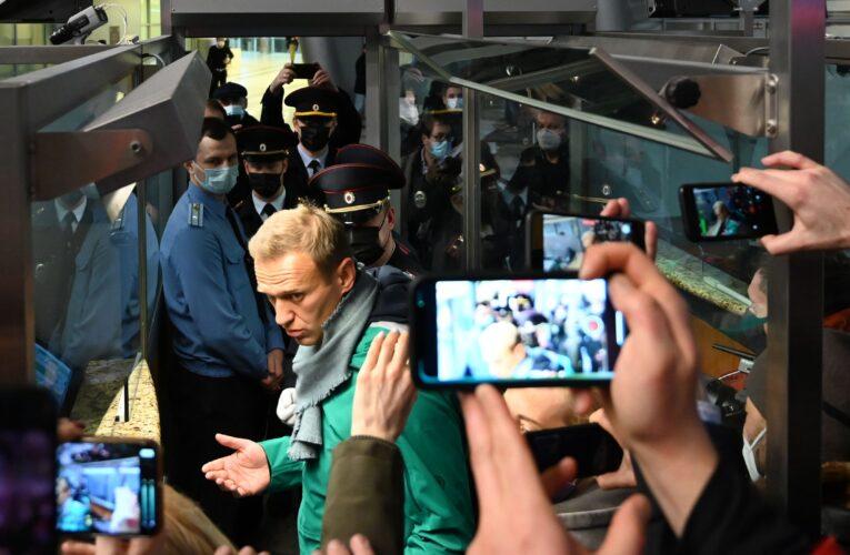 Detienen a opositor Navalny apenas pisa Moscú