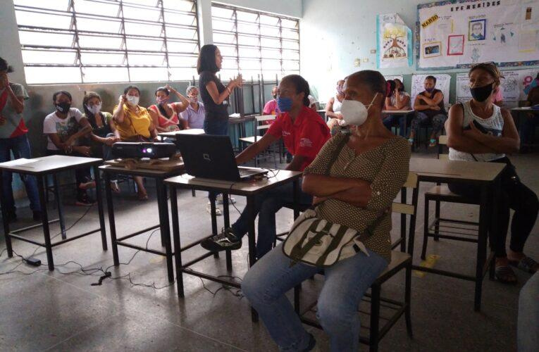 Capacitan a lideresas sobre violencia de género en Catia la Mar