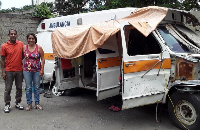 Joven pareja usa ambulancia vieja como casa
