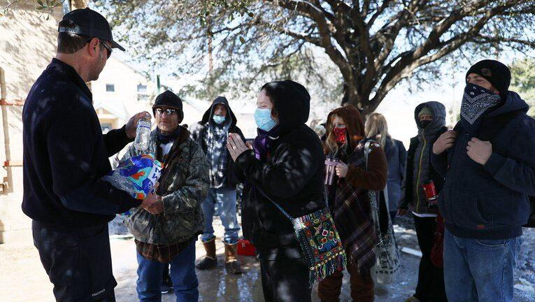 Largas colas en Texas bajo frío polar para conseguir agua