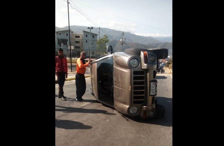 Se volcó camioneta en Playa Grande