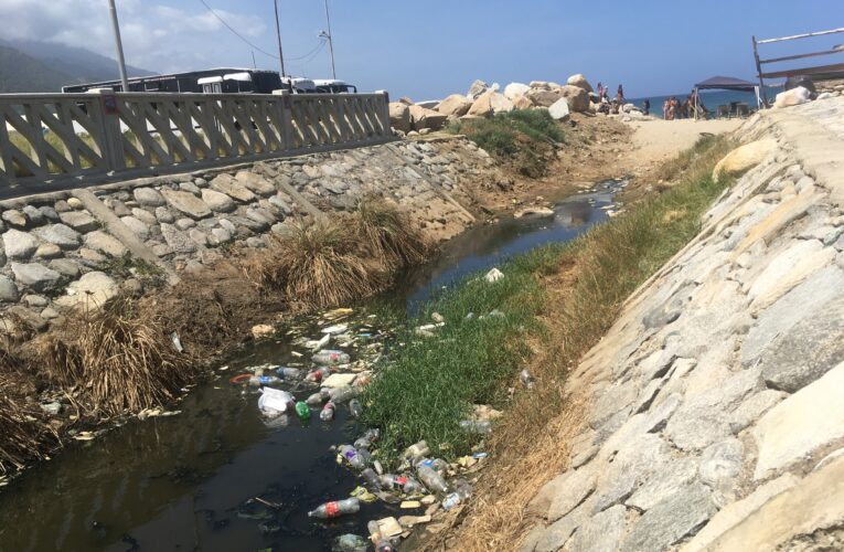Aguas estancadas amenazan con caer en Playa Coral