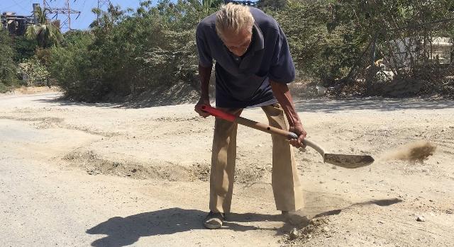 «Hace 2 años limpio la calle principal de Tacoa y el Gobierno no me ayuda»