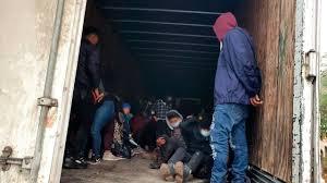 108 migrantes iban en un camión-cava a EEUU