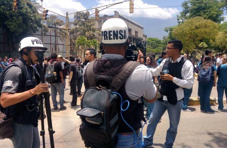 AI condena ataques del Gobierno a medios