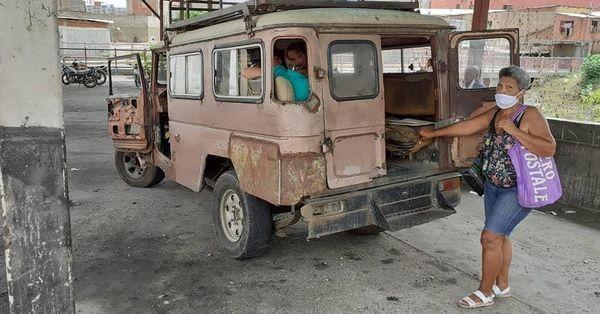 Habitantes de Quenepe caminan por falta de efectivo