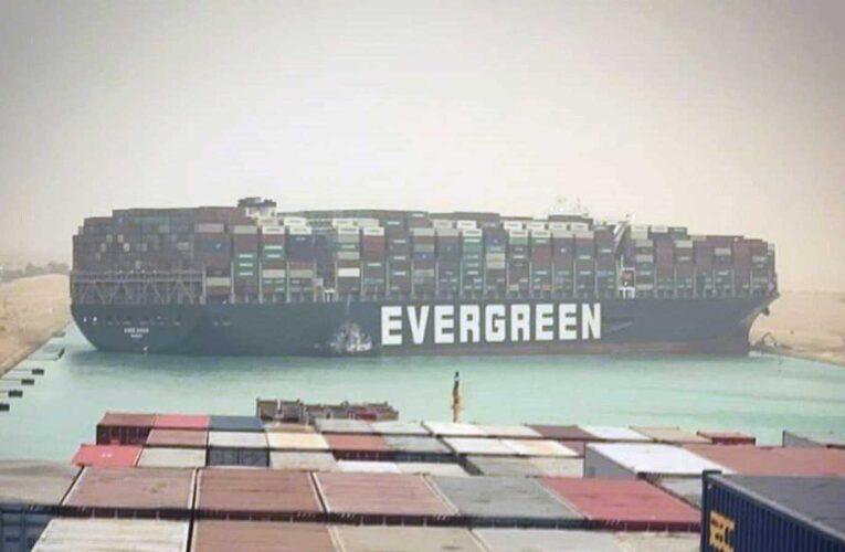 Buque de carga encalla y bloquea el Canal de Suez