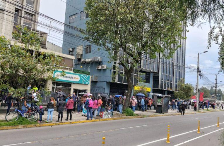 Largas colas para retirar prórrogas de pasaportes del consulado en Quito