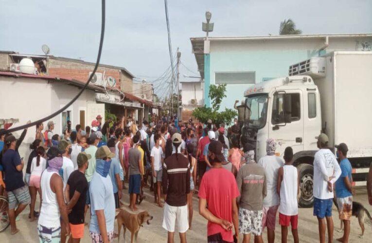 Roqueños protestan para exigir comida y la apertura del archipiélago