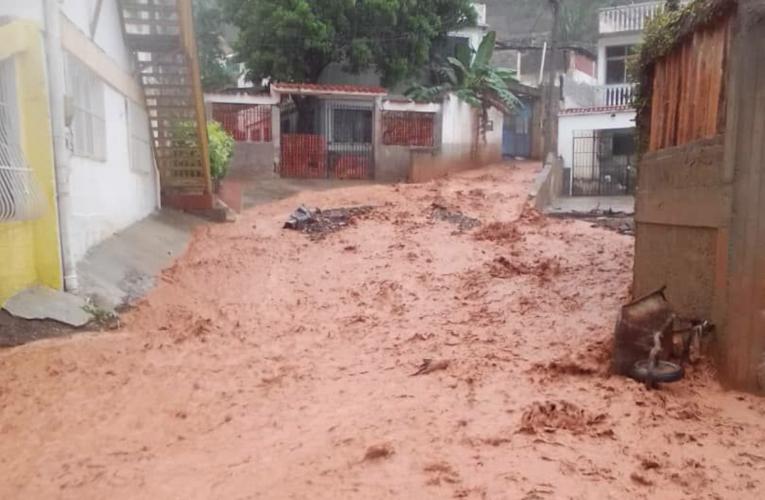 Lluvias inundan las calles y causan apagón  en Las Salinas
