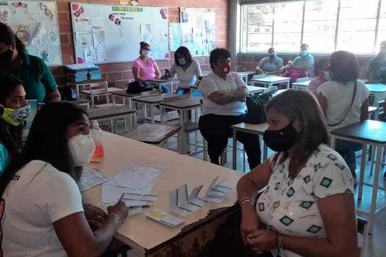 Vacunan a diario a 350 trabajadores de la educación