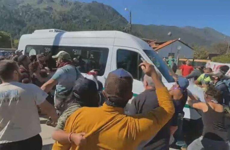 Atacan a pedradas vehículo que trasladaba al presidente de Argentina