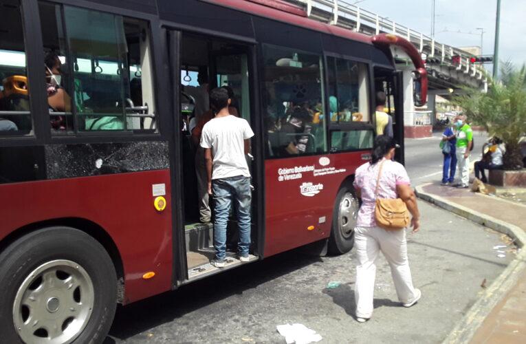 Paradas colapsaron por la falta de buses