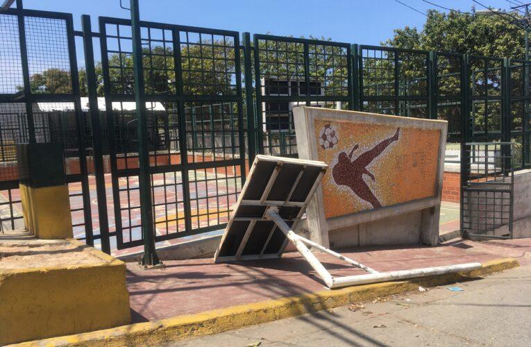 Deterioro de la cancha de Santa Eduviges pone en riesgo a los niños