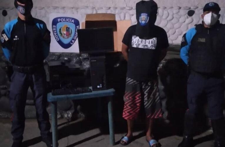 Hurtó equipos de computación del Bicentenario de Caribe