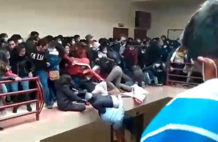 Estudiantes bolivianos forcejeaban en un pasillo y 11 cayeron del 4º piso