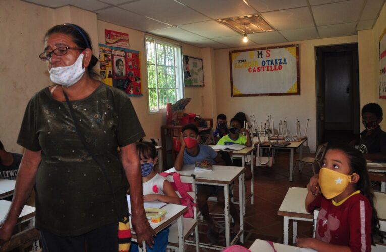 La Maestra Salomé enseña a leer y escribir en plena pandemia