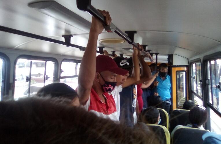 Pasajeros de pie se niegan a bajarse de los buses