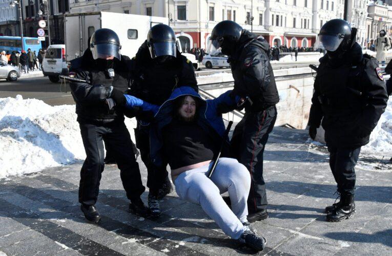 Policía rusa detiene a 200 opositores y periodistas