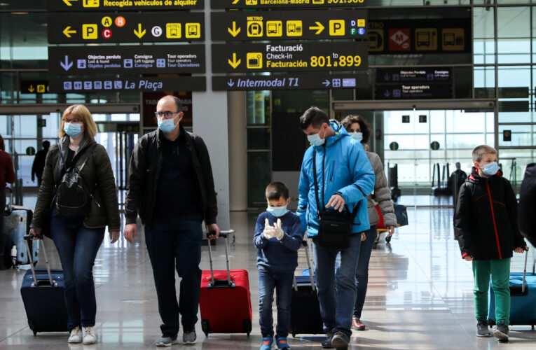 España mantiene cuarentena obligatoria para viajeros de 12 países