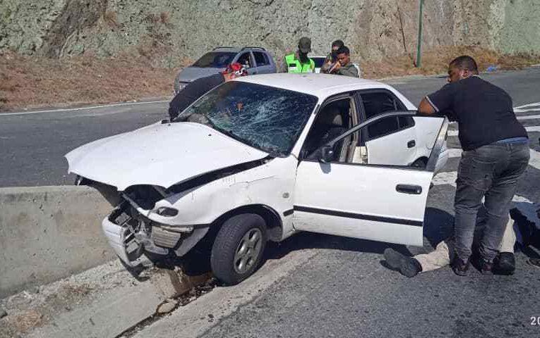 2 heridos al impactar Corolla contra separador vial en la autopista