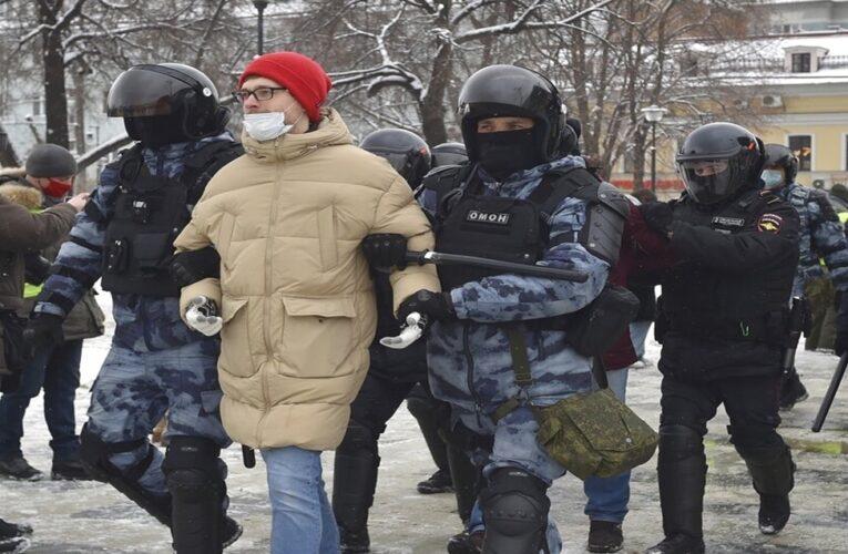 Arrestan a 1.500 personas en manifestaciones por Navalny