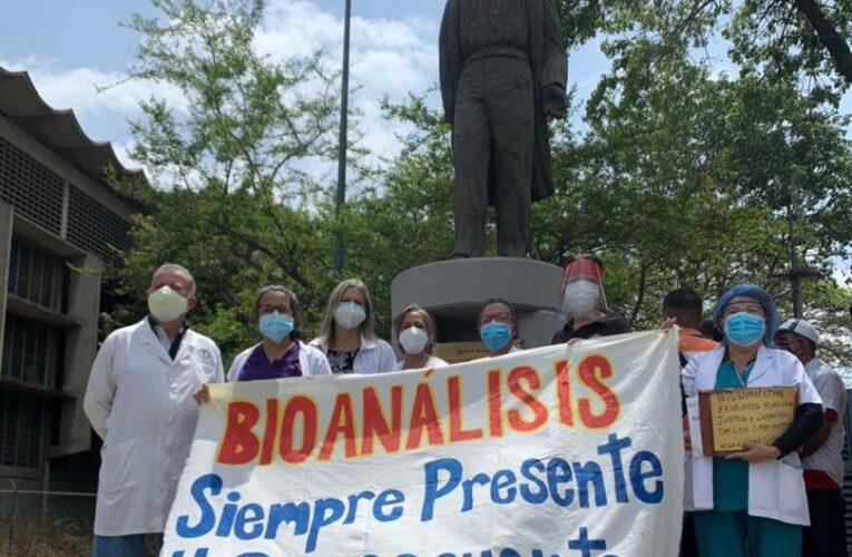 Bioanalistas exigen aumento de sueldo y vacunas sin discriminación
