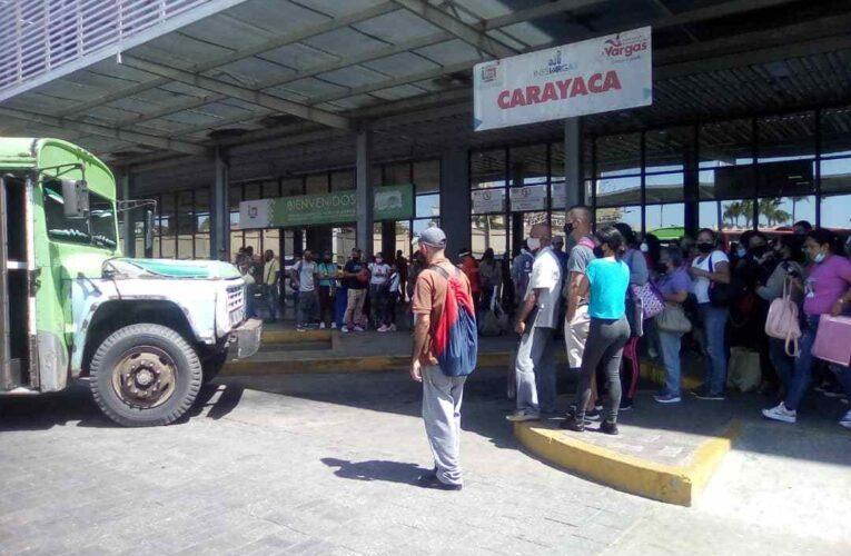 Usuarios de Carayaca madrugan para subir a un bus