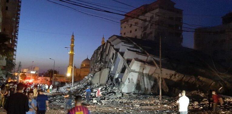 Cae edificio de 13 pisos en Gaza tras bombardeo de Israel