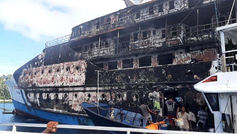 Rescatan a 95 pasajeros de ferry en llamas en Indonesia