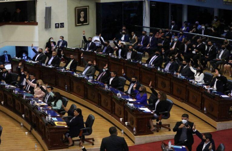 Nuevo Congreso de El Salvador destituye a jueces criticados por Bukele