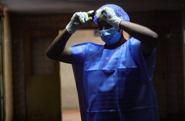 Cada día muere un miembro del personal de salud por covid