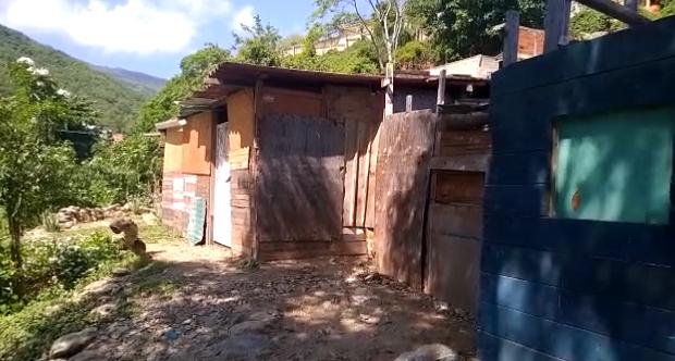 A todo riesgo viven 11 familias en Simetaca desde hace 8 años