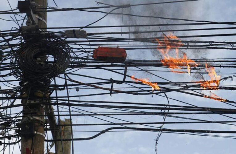 Poste en llamas en el callejón Bolívar de Macuto