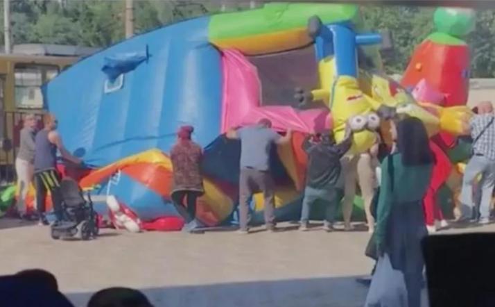 Un castillo inflable salió volando y dejó 3 niños heridos