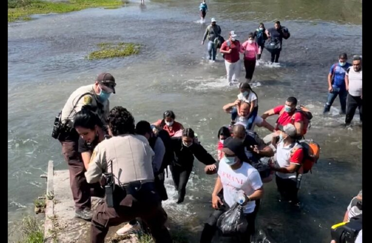 Interceptan a 45 venezolanos entrando a EEUU por río en Texas