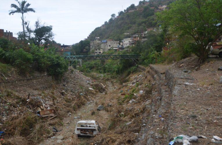 Cuadrilla limpió el río Piedra Azul pero dejó la basura en el lugar