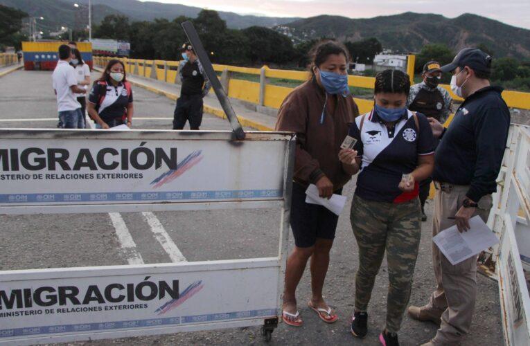 """Gobierno tilda de """"emboscada"""" la decisión de Colombia de abrir la frontera"""