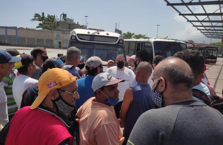 Paro de transporte se suspendió al mediodía con acuerdo de aumento a Bs.300.000