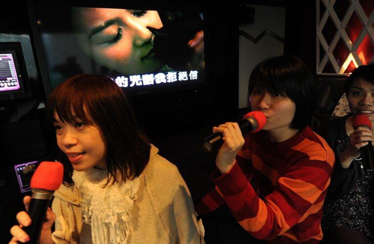 Gobierno chino prepara lista de canciones para prohibirlas en los karaokes