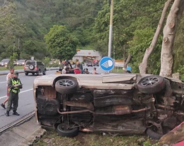 Perdió el control y se estrelló contra un árbol en la Caracas-La Guaira