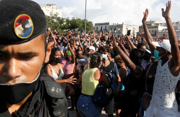 Biden sanciona al ministro de Defensa cubano y a los «avispas negras»