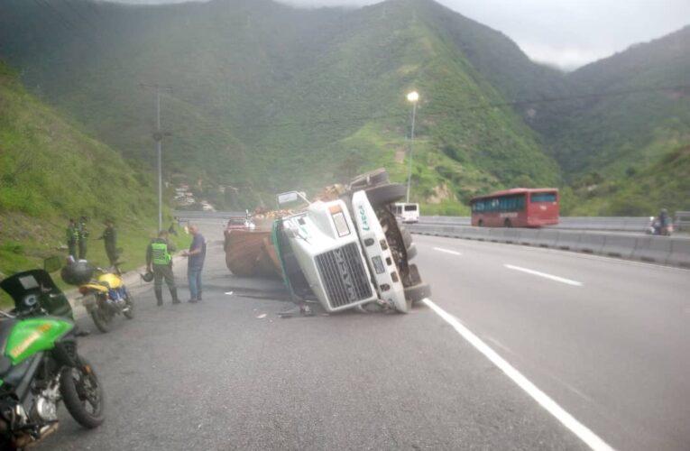 4 gandolas volcaron en la autopista por estar mal cargadas
