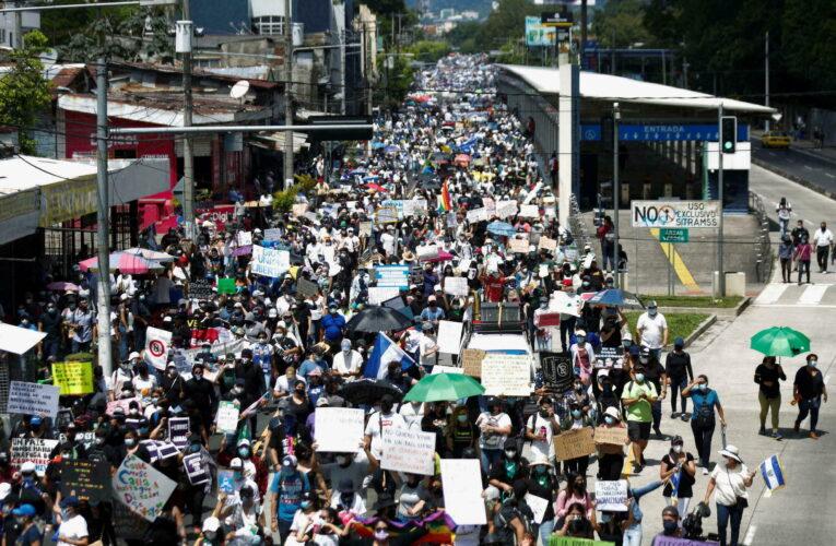 Miles de salvadoreños protestaron contra Nayib Bukele