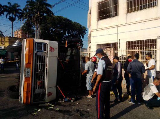 Vuelco de autobús dejó 15 heridos
