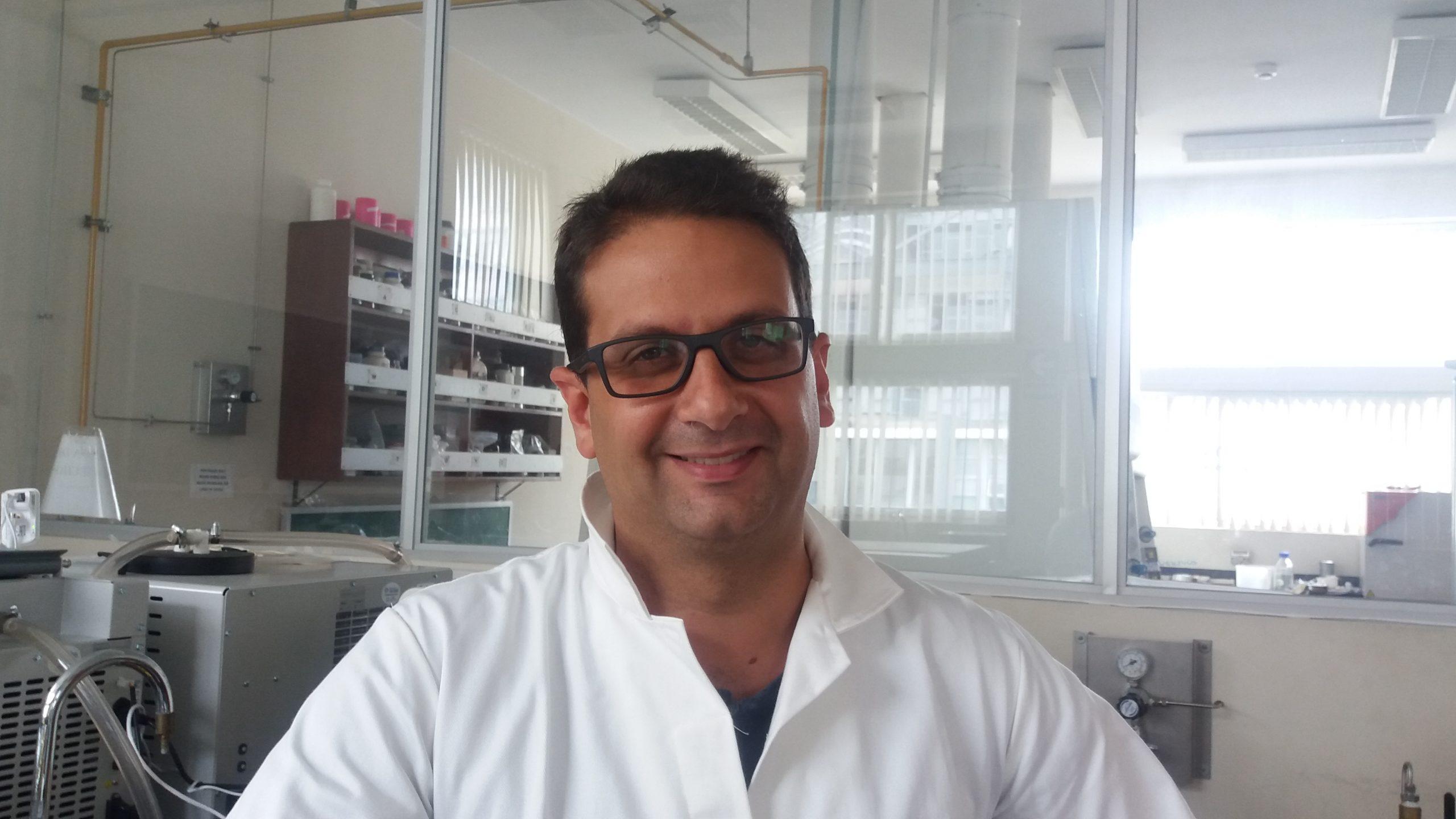 2 Investigador Magnet David Toubiana trabajando en el laboratorio
