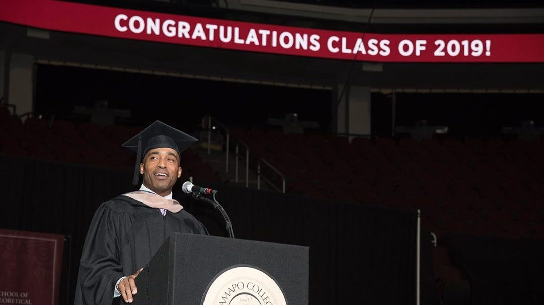Former NY Giant Tiki Barber Delivers Commencement Address
