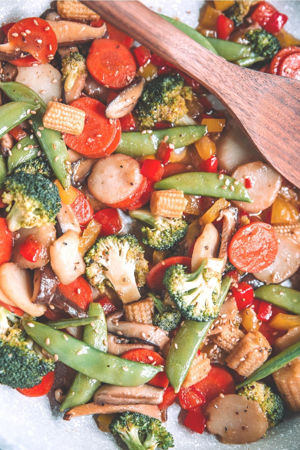 Shiitake Ginger Stir Fry| Quick and easy weeknight dinner made with fresh vegetables and full of flavor with Drew's Organics Shiitake Ginger Dressing and Marinade-by Mash & Spread. #recipe #food #stirfry #dinner #vegetables