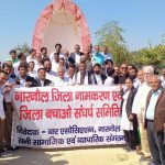 अधिवक्ताओं ने शहीद स्मारक पर नसीबपुर में पुष्पांजलि अर्पित कर जलाई मोमबत्ती